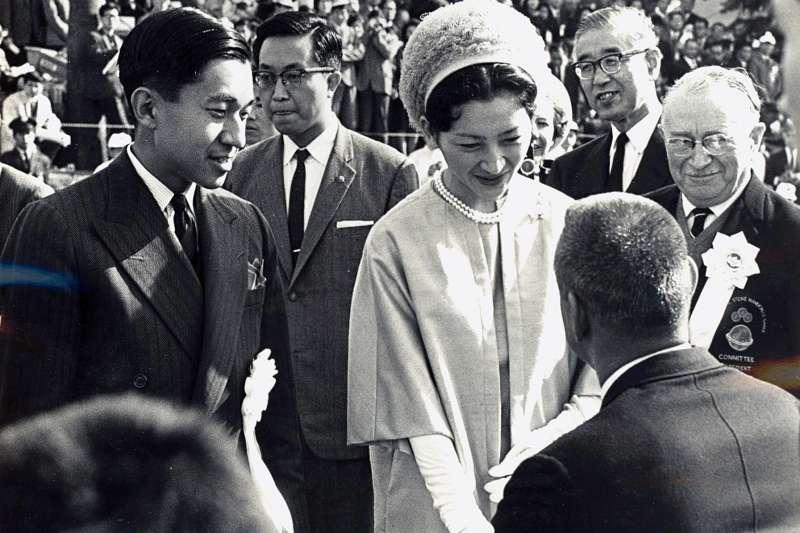 日本皇太子夫婦明仁與美智子出席1964年夏季奧林匹克運動會。(澳大利亞殘奧會@Wikipedia  CC BY-SA 3.0)