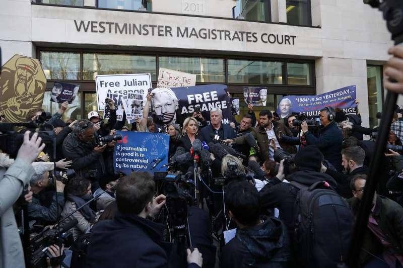 2019年4月12日,抗議者在英國西敏治安法院外抗議英國警方逮捕阿桑奇。(美聯社)