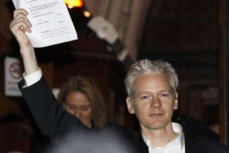 2010年12月阿桑奇一度遭到英國警方逮捕,後尋求庇護成功,躲在厄瓜多大使館近7年。(美聯社)