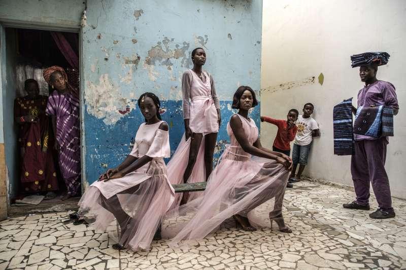 2019年世界新聞攝影大賽(WPP),〈達卡時尚〉(Dakar Fashion)榮獲「肖像類─單幅首獎」(AP)
