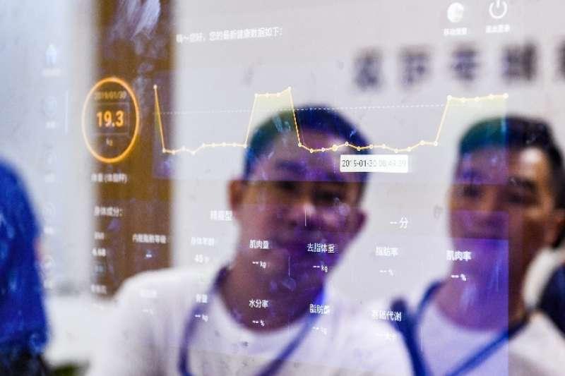 第七屆中國電子資訊博覽會(CITE2019)在深圳會展中心開幕。觀眾在京東方展台瞭解智能鏡子。(新華社)