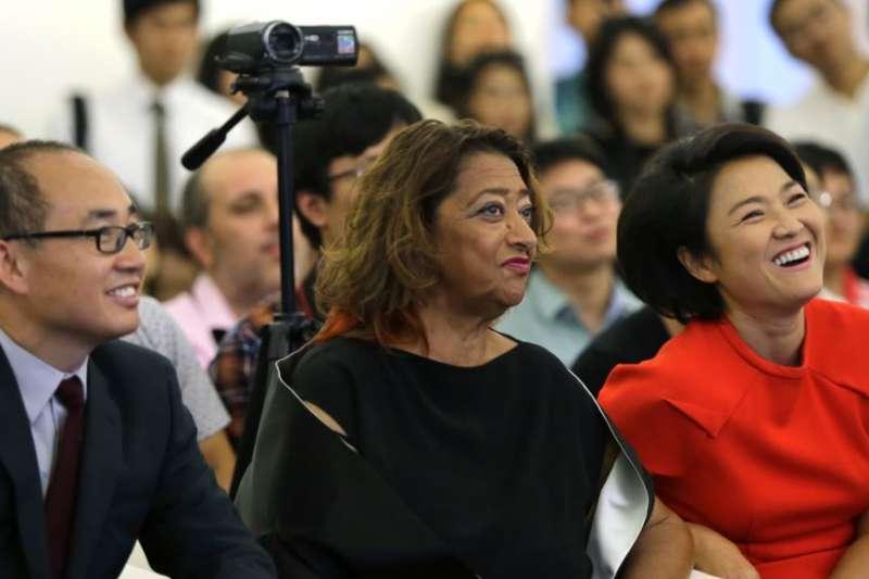 SOHO中國公司董事長潘石屹,首席執行官張欣和英國建築師Zaha Hadid 在關於北京望京SOHO建築群的記者會上,Zaha Hadid 是這三座高樓的設計師。(美國之音)