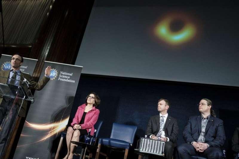 拍攝黑洞的科學家團隊在美國舉行記者會,公布這張照片。(BBC中文網)