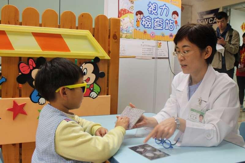 新北自今年起擴大服務針對幼兒園中、大班之視力篩檢異常兒童,給予「疑似視力異常轉介暨通知單」,家長可帶孩子到眼科醫療院所接受免費檢查,同時透過專業眼科醫師的解說及發放護眼宣導單,以提升家長健康識能。   (圖/新北市衛生局提供)