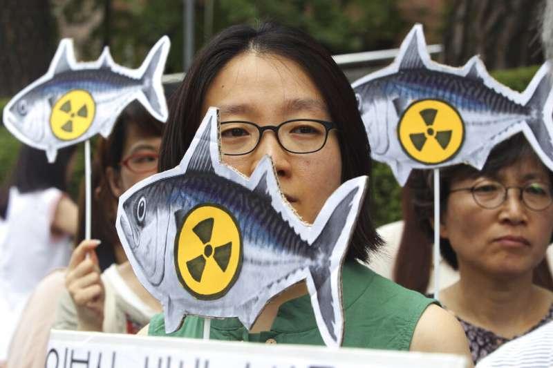 反對日本核食的南韓民眾在首爾的日本駐韓大使館外抗議。(美聯社資料照)