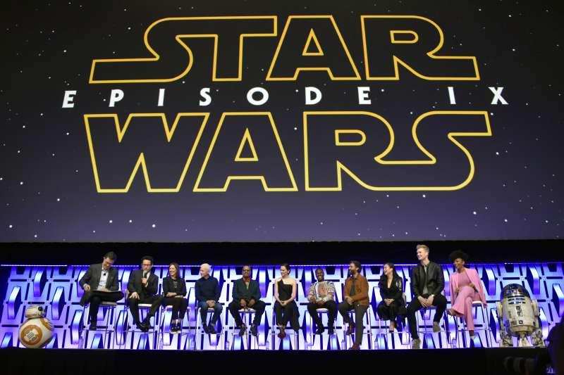 《星際大戰9》導演與演員參加12日在美國芝加哥舉行的「星戰慶典」(美聯社)