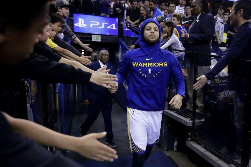 柯瑞(藍衣)對NBA各主場館的爆米花頻有研究。(美聯社)