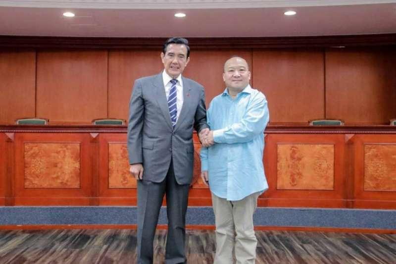 桃園市議員王浩宇在臉書公布前總統馬英九與武統學者李毅合照,馬英九辦公室則指出,這是去年的合照,並批王浩宇故意混淆視聽。(王浩宇臉書)