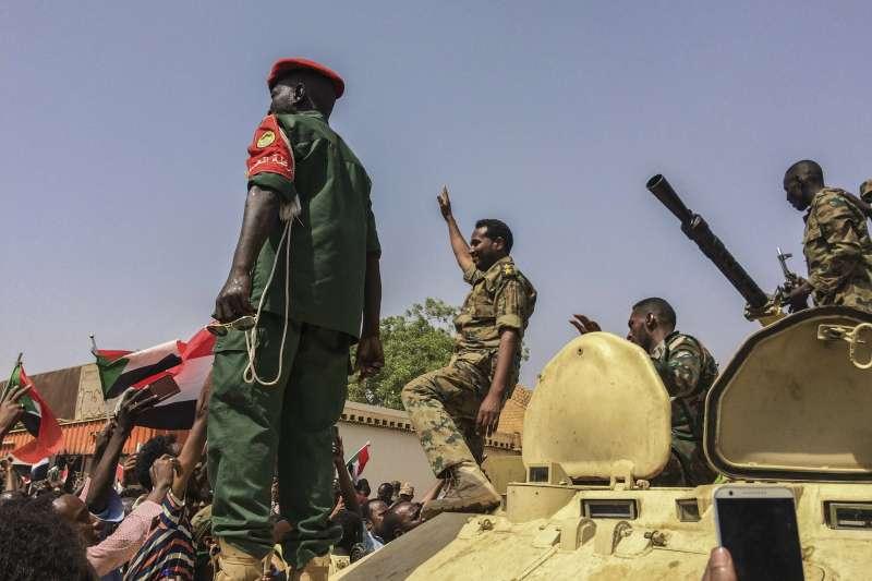 蘇丹總統巴希爾遭軍方推翻,但民主轉型仍是一條漫漫長路(AP)