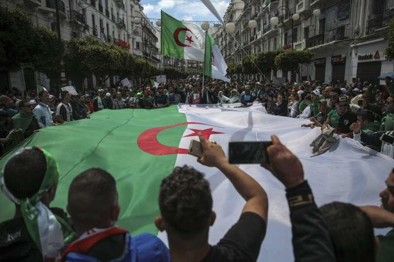 阿爾及利亞總統布特佛利卡下台,民眾持續示威要求全面改革(AP)