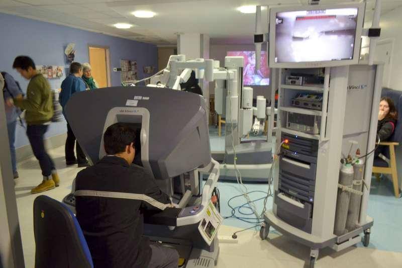 達文西手術是最新的微創手術技術,有別傳統手術必須開膛破肚,醫師在電腦與靈活的機器手臂協助下,只需劃開幾個傷口,就能將機器手臂深入體內進行旋轉、捏夾、切除等複雜動作。示意圖。(取自Cmglee@wikipedia/CC BY-SA 3.0)