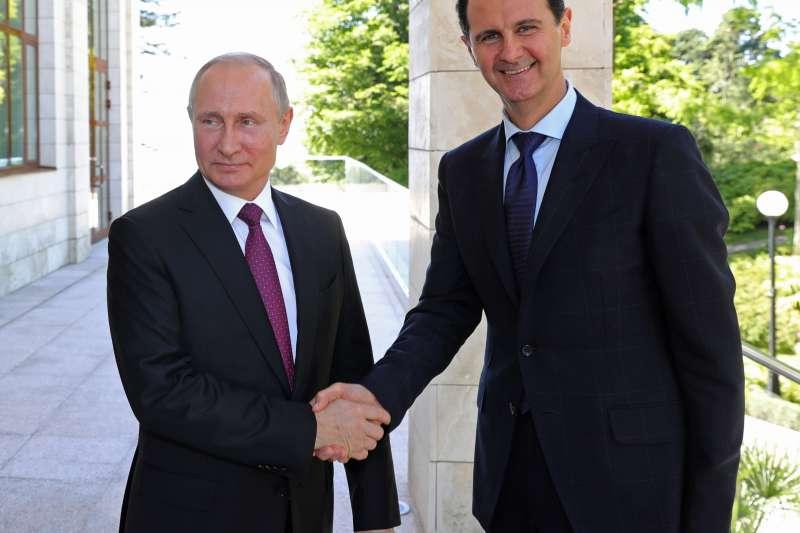 2018年5月17日,敘利亞總統阿塞德與俄羅斯總統普京在俄國見面。(美聯社)