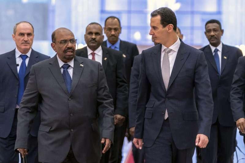 2018年12月16日,敘利亞總統阿塞德與蘇丹獨裁強人總統巴希爾見面。(美聯社)