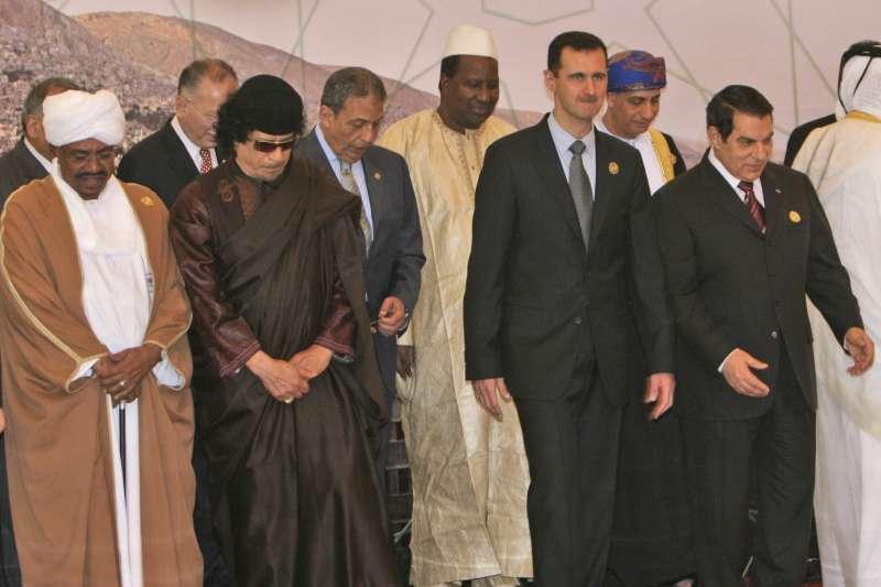 2008年3月29日的獨裁者聯盟大合照,左起為蘇丹總統巴希爾、前利比亞領導人格達費、敘利亞總統阿塞德和突尼西亞總統阿里。如今只剩阿塞德仍在位。(美聯社)