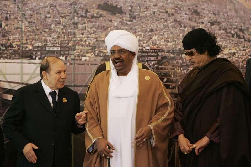 照片左其為阿爾及利亞總統布特佛利卡、蘇丹總統巴希爾和前利比亞領導人格達費。(美聯社)