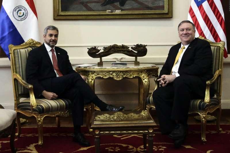 美國國務卿龐畢歐與巴拉圭總統阿布鐸(AP)