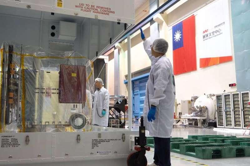 首度使用台灣自主研發的衛星操控系統,福爾摩沙衛星七號15日將啟程赴美,預計6月中發射升空。(取自「國家太空中心 NSPO」臉書)