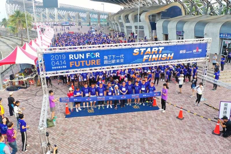 港都會及順發電腦聯手主辦「2019 Run for future公益路跑」,30多位上市櫃企業董座與三千名跑者一起挺公益。(圖/高市府提供)