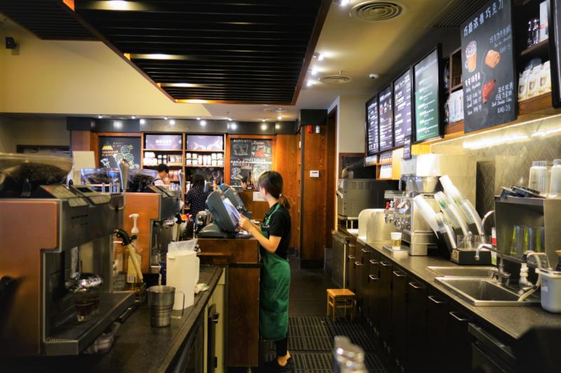 星巴克是家喻戶曉的咖啡品牌之一,你也是星巴克的鐵粉嗎?這8個連熟客都未必了解的迷思,你知道幾個呢?(圖/維基百科,Amazingloong-CC BY-SA 4.0)