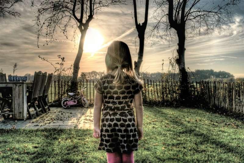 2006年,美國有一個叫凱薩琳的小女孩在電視上看到了一條消息:非洲每30秒,就有一個孩子死去;然後她看著錶開始計算,30秒後,她忽然哭了起來。但她後來的可愛舉動卻救了數百萬的非洲孩童。(示意圖,非當事人/PIXABAY)