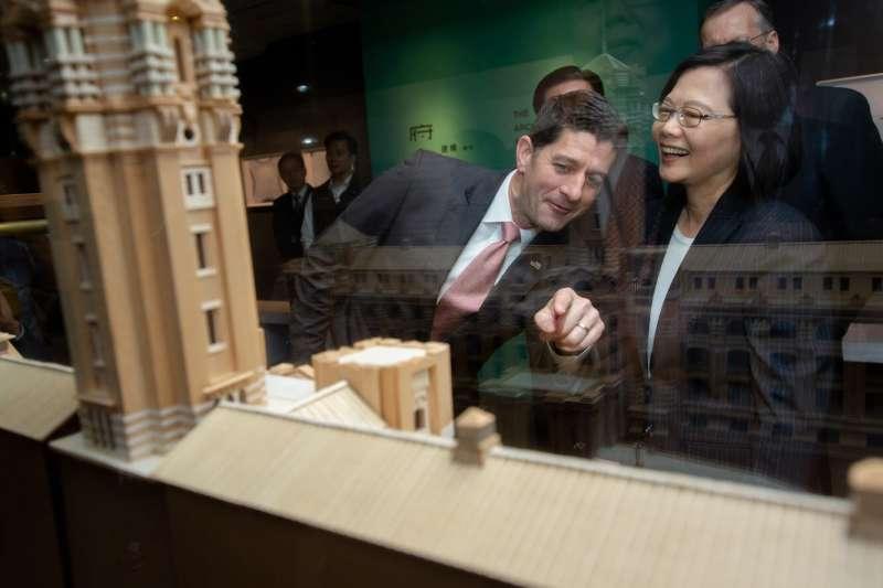今日適逢總統府建築百年紀念展期間,總統蔡英文(右)親自導覽,向前美國聯邦眾議院議長萊恩(左)說明百年建築的苦淚史。(取自總統府官網)