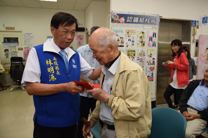 南投縣長林明溱親自到草屯發送假牙補助款給老人,並了解老人的假牙使用狀況。(圖/南投縣政府提供)
