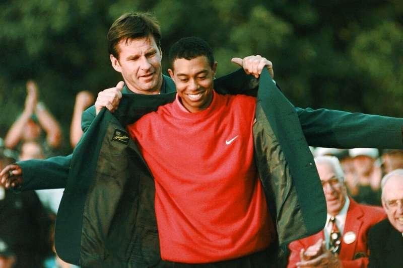 老虎伍茲於1997年第一次在名人賽穿上綠夾克(見圖) ,今年第5度奪冠喚起了全世界5,6年級生回春的渴望。(美聯社)