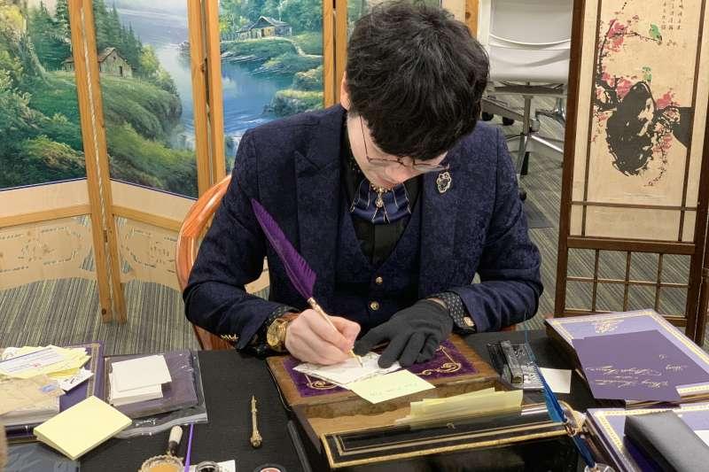 美國在台協會(AIT)慶祝《台灣關係法》40周年,請來鋼筆美學大師韓玉青寫字(簡恒宇攝)