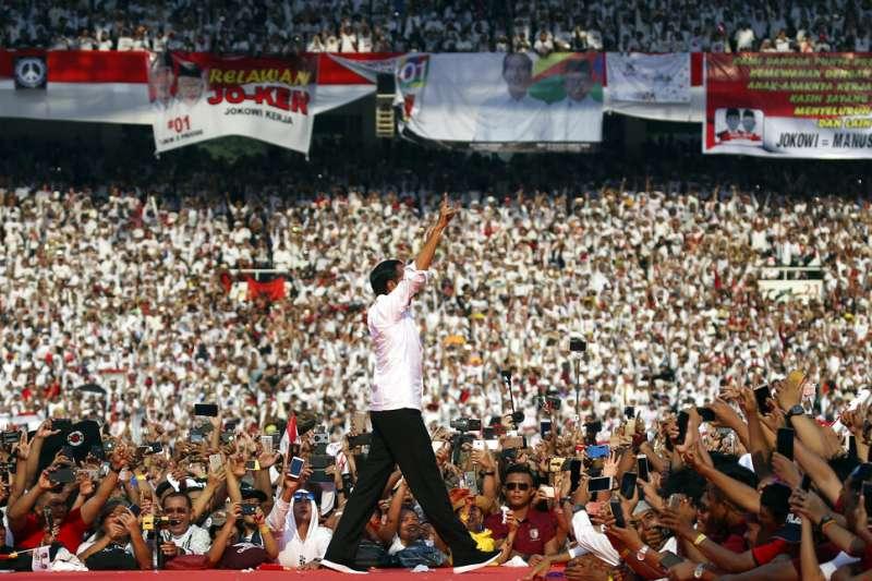 4月13日的格羅拉蓬卡諾體育場陷入瘋狂,因為印尼總統佐科威在此對支持者發表競選演說。(美聯社)