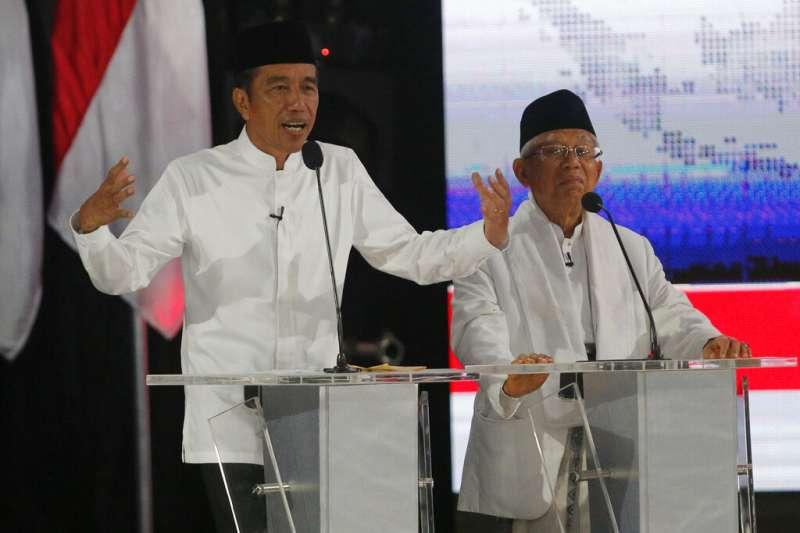 佐科威與競選副手阿敏13日在總統大選電視辯論中發言。(美聯社)
