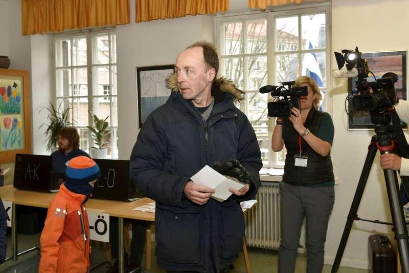 民粹主義的「芬蘭人黨」在這次的芬蘭大選中位居第二,獲得17.5%的支持率。圖為芬蘭人黨黨魁哈拉阿霍(Jussi Halla-aho)14日準備投票。(美聯社)