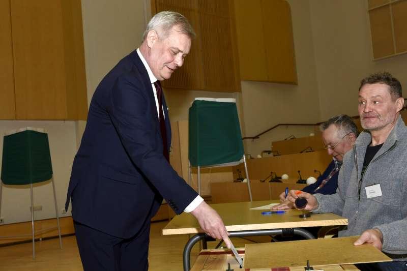 芬蘭左派政黨社會民主黨黨魁林奈14日投下神聖一票。(美聯社)