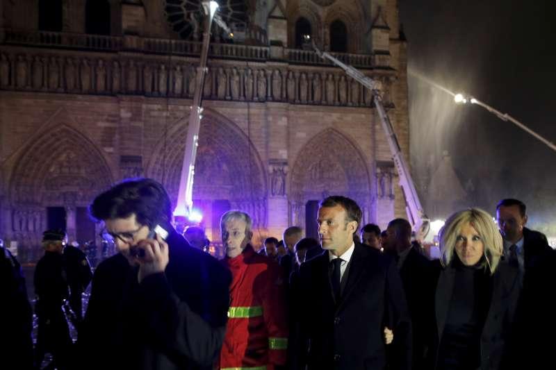 2019年4月15日,法國「巴黎聖母院」大教堂發生嚴重火災,總統馬克宏與第一夫人布莉姬特趕赴現場。(AP)