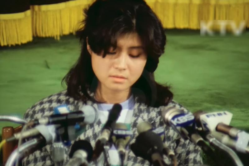 轟動90年代全韓國的大韓航空858號班機空難事件,道出北韓鮮為人知的女間諜最黑暗的訓練過程。(圖/取自youtube)