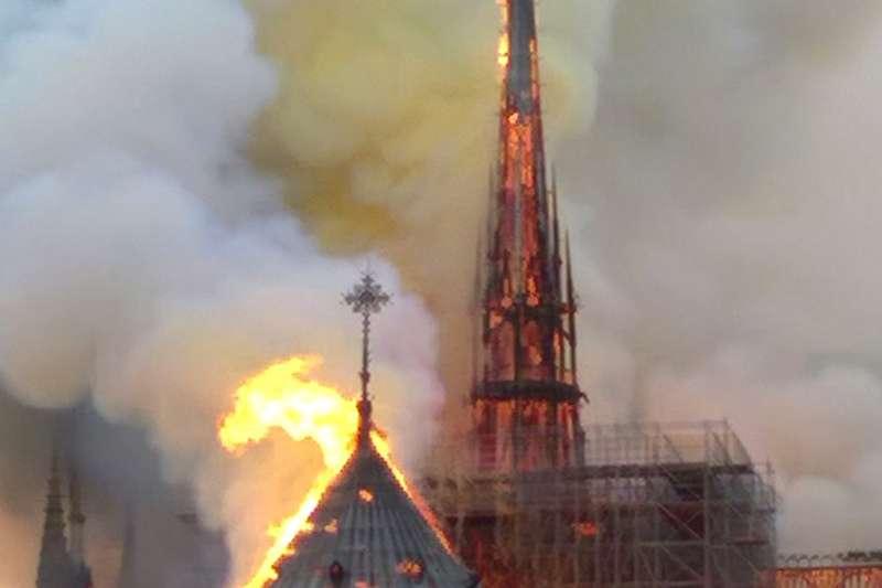 2019年4月15日,法國「巴黎聖母院」大教堂發生嚴重火災,尖塔當場倒塌。(AP)