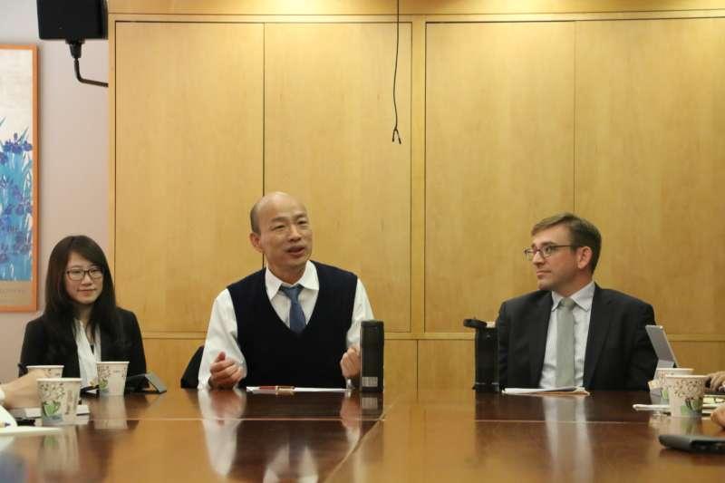 高雄市長韓國瑜(中)與史丹佛大學學生座談。(圖/高雄市政府提供)