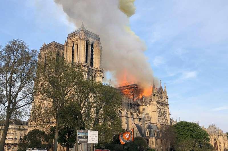 2019年4月15日,法國「巴黎聖母院」大教堂15日上午發生嚴重火災,全世界都很關心。(AP)