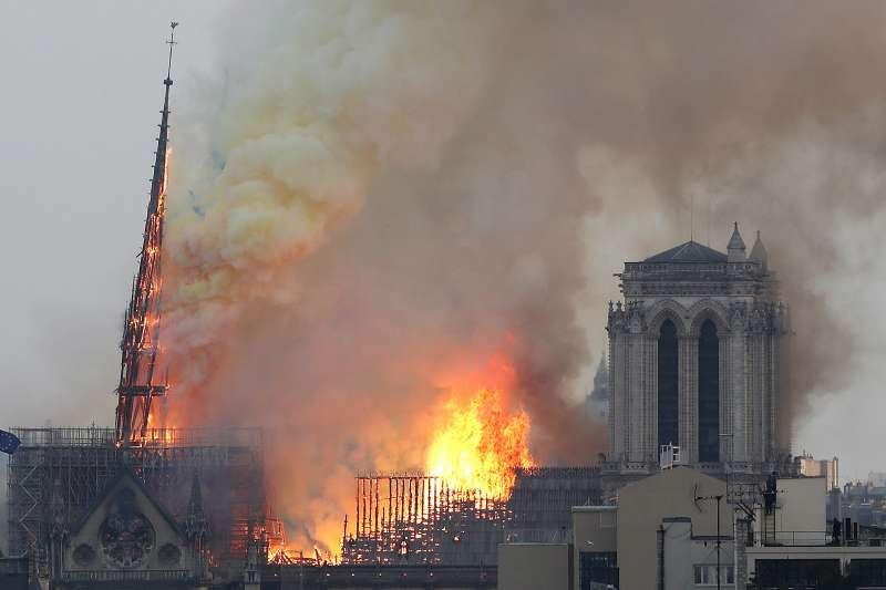 2019年4月15日,法國「巴黎聖母院」大教堂發生嚴重火災(AP)