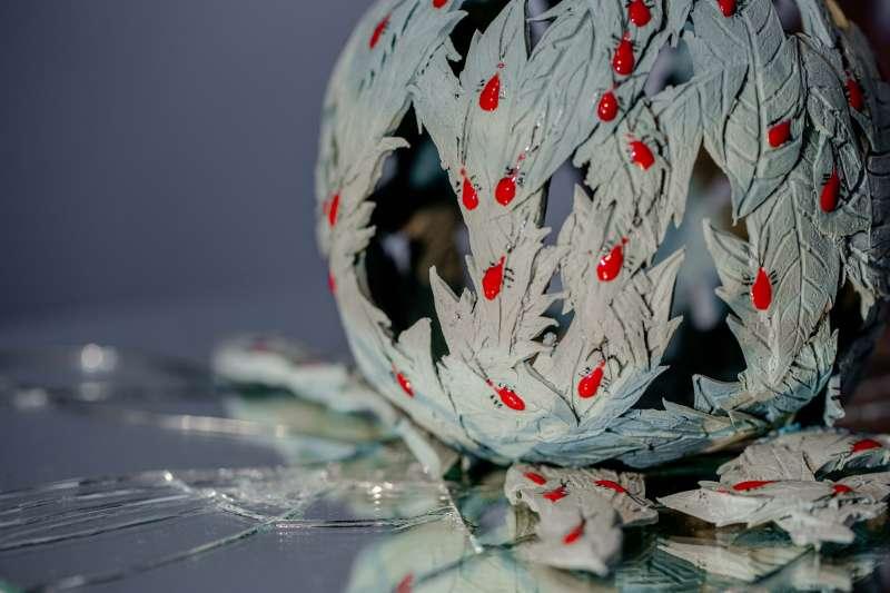 鶯歌陶瓷博物館展出「荏苒映漾—陳妍臻陶藝創作展」,《尋暖系列》以臺灣欒樹和紅姬椿象為主角,隱喻人們常用外表判別價值,並透過鏡子和光影營造草叢感,讓椿象變藝術。(圖/新北市鶯歌陶瓷博物館提供)