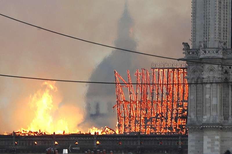 2019年4月15日,法國「巴黎聖母院」大教堂發生嚴重火災。對此消防局表示同時要處理火警與維護古蹟是兩難,既考量不破壞古蹟且要及時滅火,十分考驗消防員專業能力。(AP)