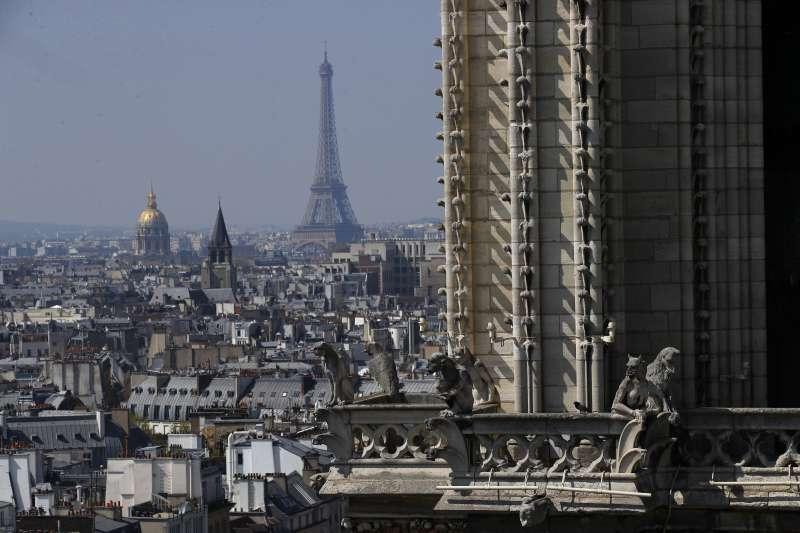從法國「巴黎聖母院」大教堂俯瞰巴黎(AP)