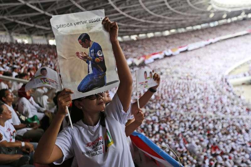 印尼大選4月17日登場,圖為佐科威的支持者。(AP)