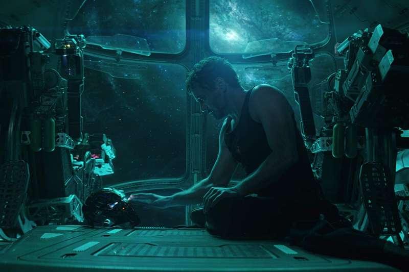 鋼鐵人和涅布拉脫離險境,成功重返地球。(取自IMDb)