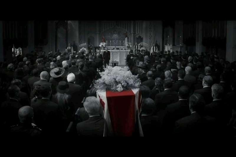 預告中有許多以黑白色呈現「過去」的畫面,是否會有穿越時空、改變過去的劇情?漫威總裁留下耐人尋味的伏筆。(取自IMDb)