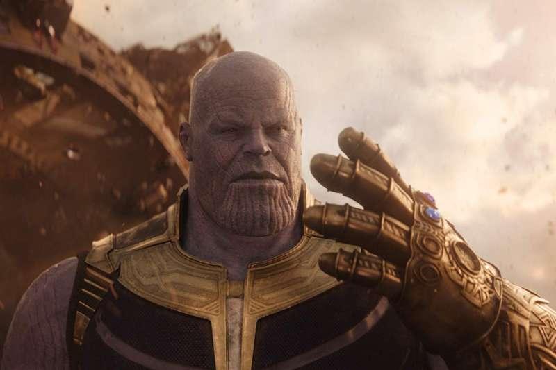 預告中黑寡婦說「他再次使用了無限寶石」,代表薩諾斯之前在《復仇者聯盟3:無限之戰》中幾乎破損的無限手套可能已被修復。(取自IMDb)