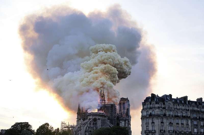 巴黎聖母院15日發生大火(AP)