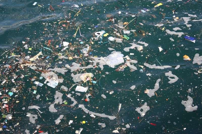 每年流入海洋的塑膠垃圾介於400萬至1200萬公噸之間,據信僅有25萬公噸停留在海洋表面。總體而言,數十年來倒入海洋的塑膠垃圾,超過99%下落不明。(圖/pixabay)