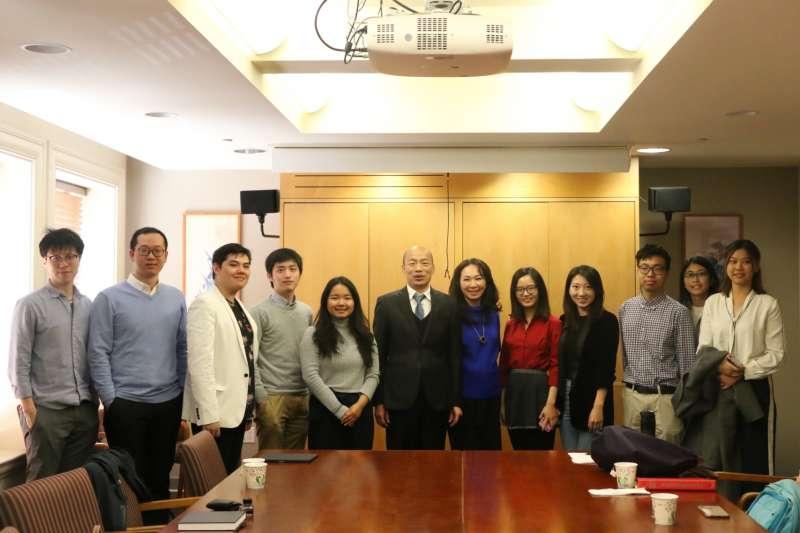 高雄市長韓國瑜於美西時間(15)日赴美史丹佛大學與學生進行座談,談及去年九合一大選,他認為沒有所謂 「韓流」,只有「民意」。(高雄市政府提供)