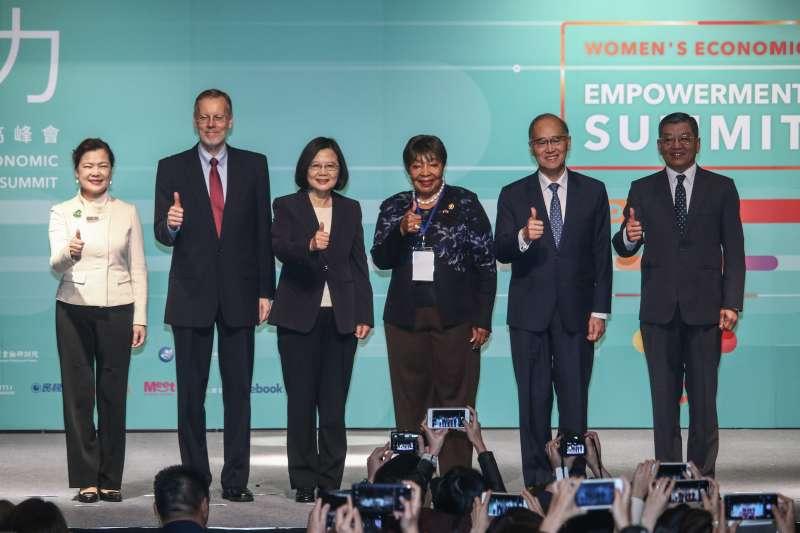 20190416-總統蔡英文(左三)16日出席「台美全球合作暨訓練架構-婦女賦權場次」。(蔡親傑攝)