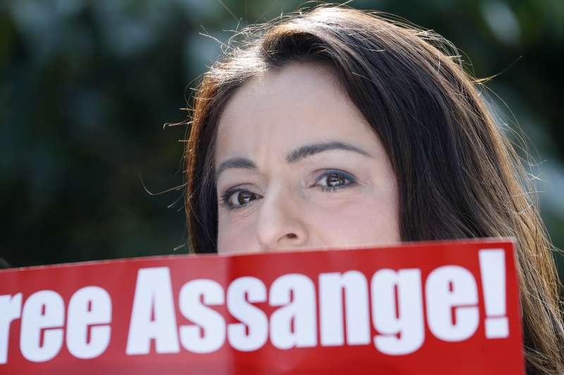 「維基解密」創辦人阿桑奇2019年4月11日遭逮捕後,歐美各地都有抗議者要求英國政府將他釋放。(美聯社)